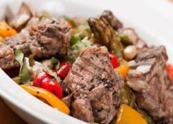 Готовое блюдо - тушеная баранина с овощами