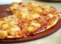 Приготовленная вкусная пицца с курицей и ананасами